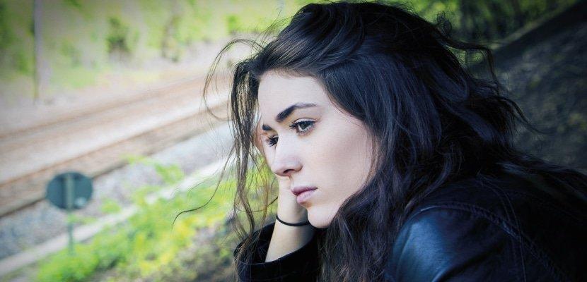 CBD bei Schizophrenie: Nachdenkeliche Frau fotografiert.